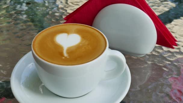 Cappuccino s láskou na skleněný stůl