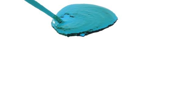 flusso di liquido blu cade sulla superficie in movimento lento