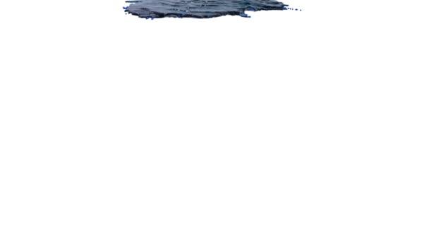 blaue Flüssigkeit, die sich in Zeitlupe auf Weiß ergießt. klare Flüssigkeit