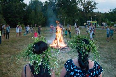 İki kadın şenlik ateşi sırasında kutlama Kupala gece, Kiev gözlemlemek.,