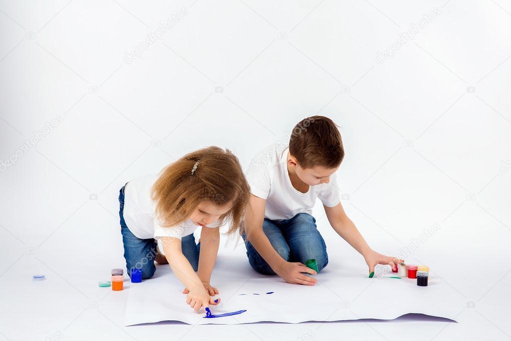 Zwei hübsche Kind Freunde jungen und Mädchen sind Bilder von Farben ...