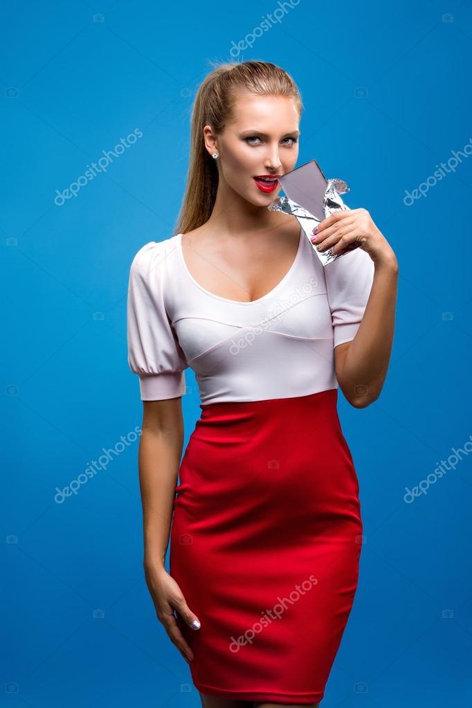 Rode Pencil Jurk.Concept Van Een Blonde Vrouw In Roze Rode Jurk Rode Lippen Lichte