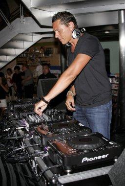 DJ Tiesto plays set