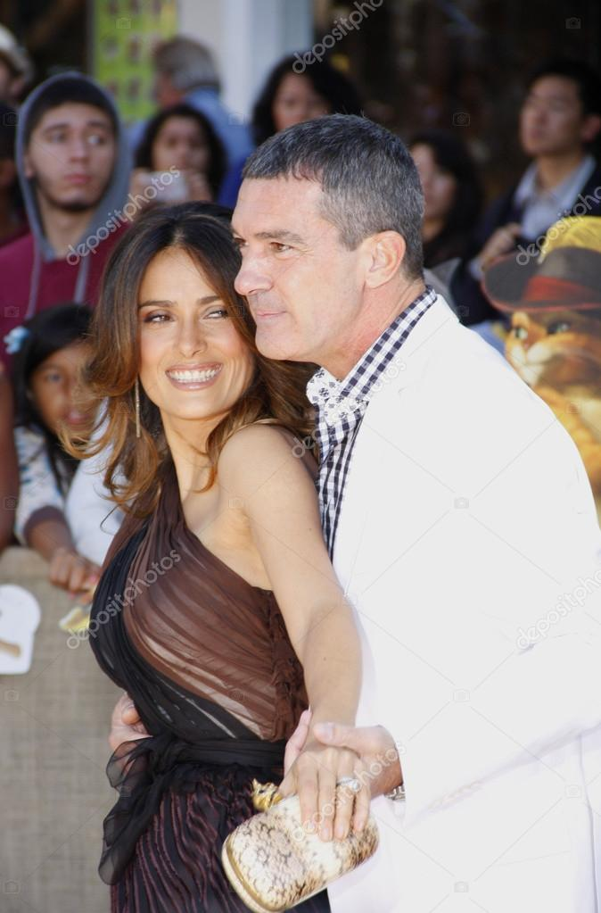 https://st2.depositphotos.com/5326338/9277/i/950/depositphotos_92777732-stock-photo-antonio-banderas-and-salma-hayek.jpg