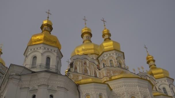 Pareti Doro : Signora in nero a piedi alla chiesa bianco pareti doro splendente