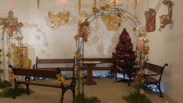 Interiér domu Saint Nicholas Kyjevskopečerská lávra oslav svatého Mikuláše den interiéru hračky ve tvaru anděla vánoční světla Kyjev Ukrajina
