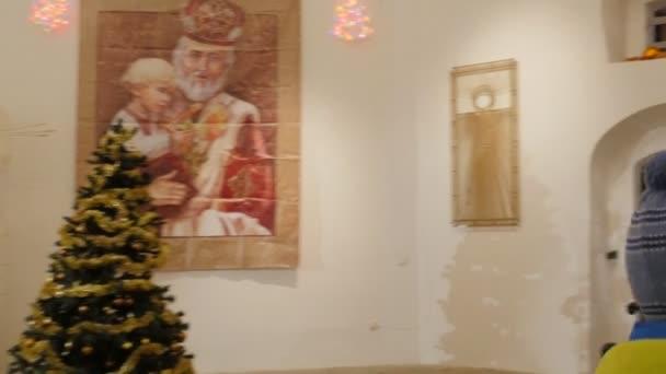 Kinder geben Sie zum Haus von Saint Nicholas Ausflug nach Kiew-Petschersk Lavra Feier der Nikolaus Tag Kiew Ukraine, die glückliche Kinder Lächeln
