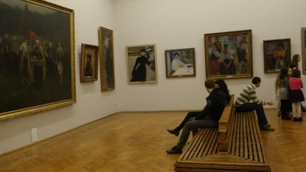 Děti učitel exkurze do národní muzeum umění Kyjev Štědrý den Ukrajina učitel je vyprávění o the malby děti se usmívají a poslech