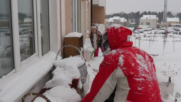 Ember gyerek dobja a Snow Grab Handfuls a hó lejátszása hógolyókat a Window egy Cornice nevető apa és lánya családi töltenek idő együtt felhős
