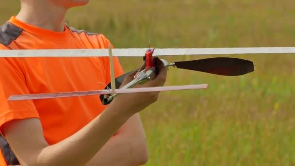 Chlapec je drží letadla Model hledá někde sportovní soutěž příprava pro letadlo Launch modely shromáždění odhad Start a let