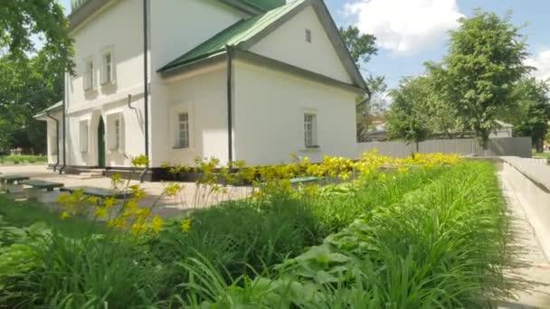 Donna su una panchina vicino green con tetto panorama chiesa di