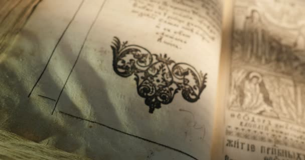 altes buch paterik von kiev-pecherska lavra alt-slawischen stil des schreibens stiche bilder episoden aus dem leben der heiligen mönche blättern buch