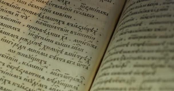 Obrázek staré knihy blízký Paterik Kyjevsko-Pecherská Lavra staroslovanský styl psaní rytiny obrázky epizody života svatých mniši obracejí se stránky