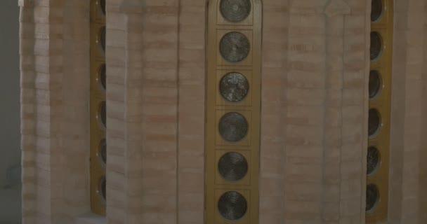 John baptistické církve v předpoklad katedrála světle hnědé kamenné zdi úzká okna s kulaté brýle Dome Panorama zdi kované železné brány