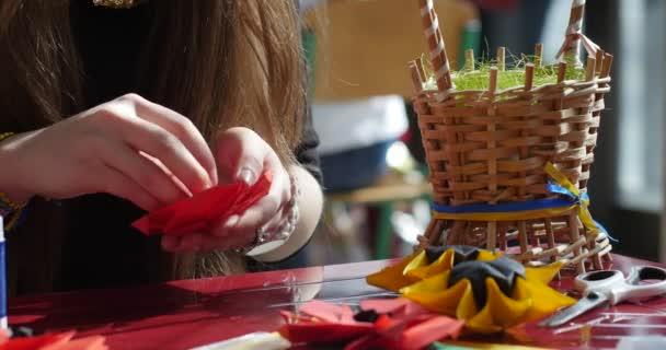 Dívka používá lepidlo a dělá červený květ z papíru děti udělat Origami z papíru Origami soutěž takže kusudama sestavit jednotek Origami Modulární Origami