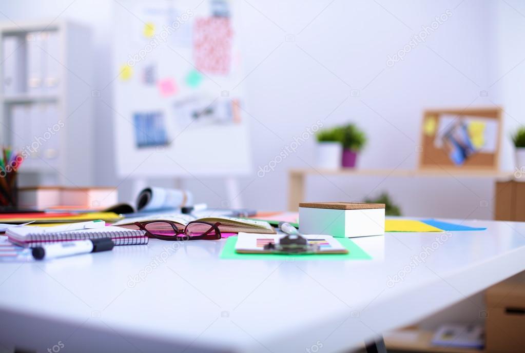 Bureau d un artiste avec beaucoup d objets de papeterie studio