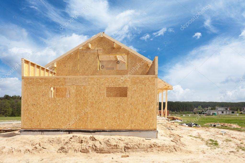 encuadre casa de nueva construcción residencial contra un cielo azul ...