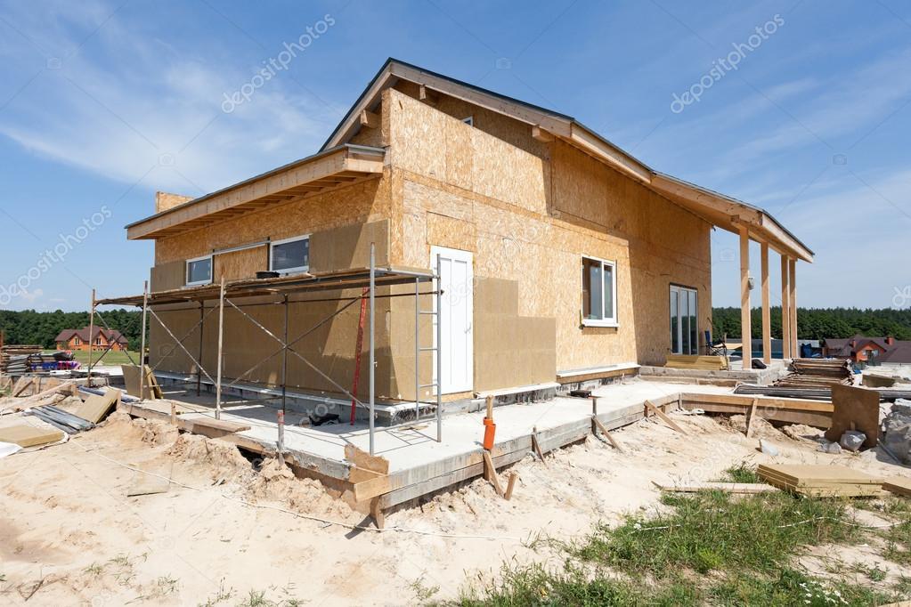 Construction Ou Réparation De Maison Avec Isolation, Avant Toit, Fenêtres,  Garage, Cheminée, Toiture, Fixation Façade Et Enduits U2014 Image De Brizmaker