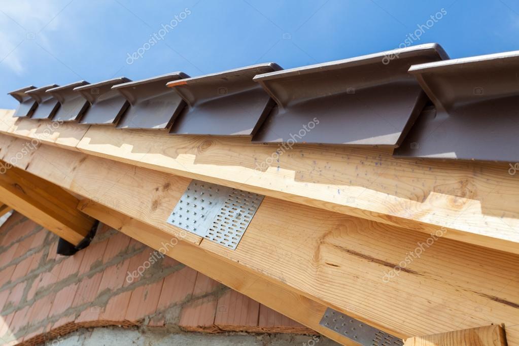 vista de primer plano de detalle de techo con vigas de madera y tejas casa