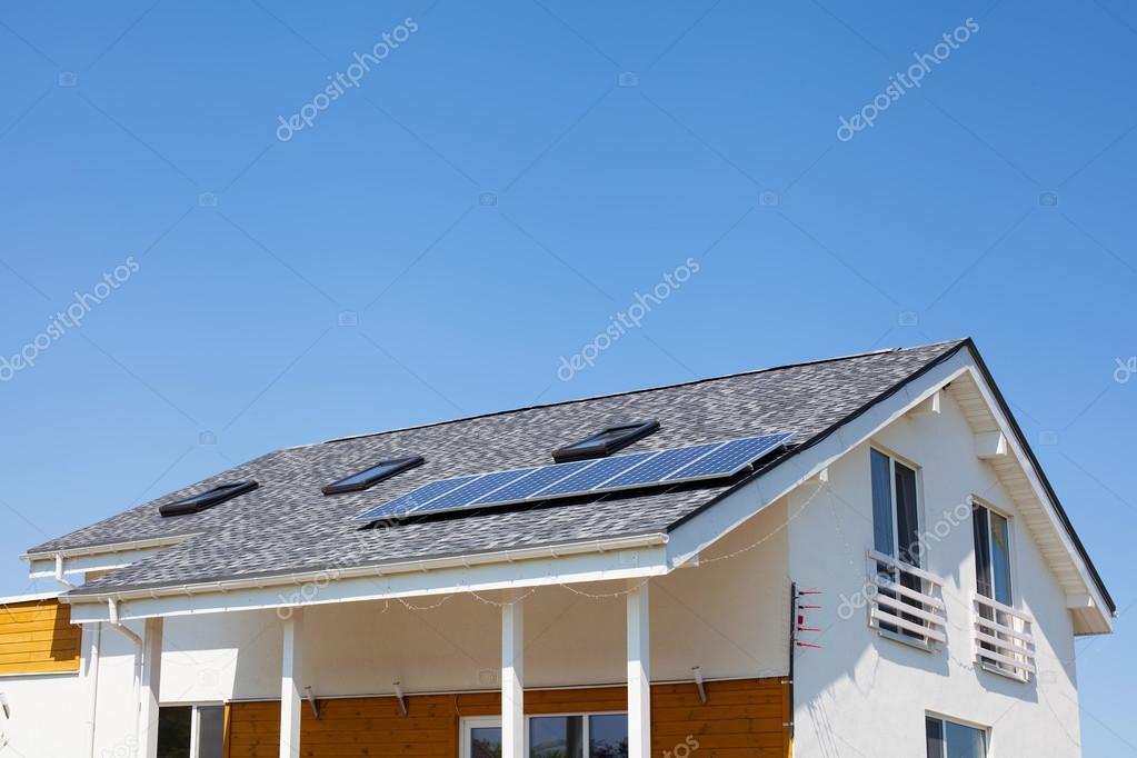 Perfect Solare Wasser Panel Heizung Auf Neue Haus Dach Mit Oberlichtern Gegen  Blauen Himmel U2014 Stockfoto