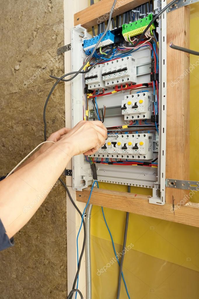 Hand der Elektriker mit Schraubendreher an eine elektrische ...