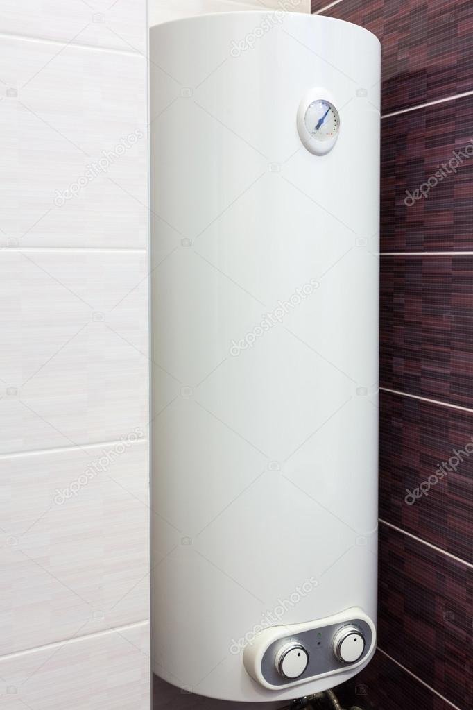 Elektrische Boiler (muur boiler) in badkamer — Stockfoto © brizmaker ...