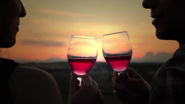 pití vína a líbání při západu slunce