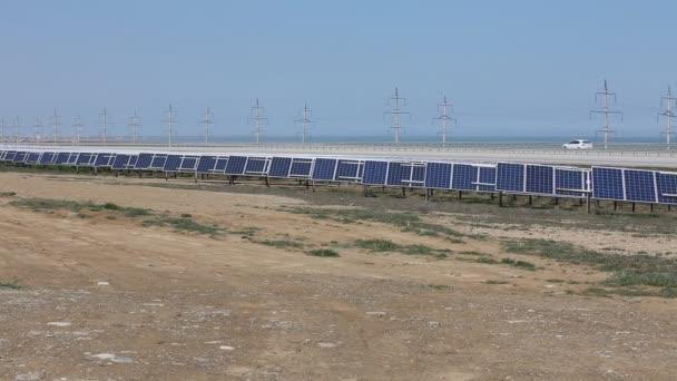 solární panely se slunečnou oblohou. Modré solární panely. pozadí fotovoltaických modulů pro obnovitelné zdroje energie
