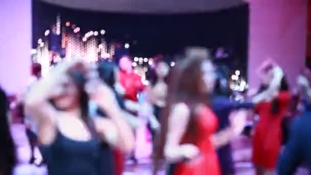 Embercsoport homályos táncolni a sötét bankett-terem, egy esküvői fogadás