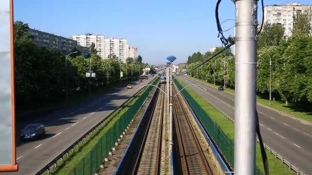 vlak, procházející krajinou, pohybující se železniční tratě