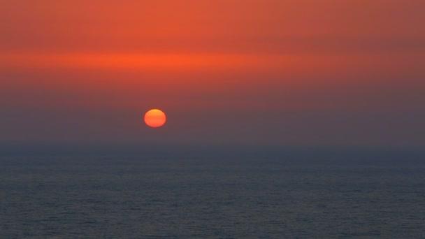 Krásný západ slunce nad klidný oceán s mořské ptáky létající