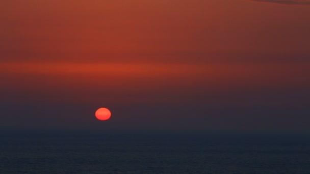 Bellissimo tramonto sopra un mare tranquillo con mare uccelli che volano. Tramonto tropicale nel mare