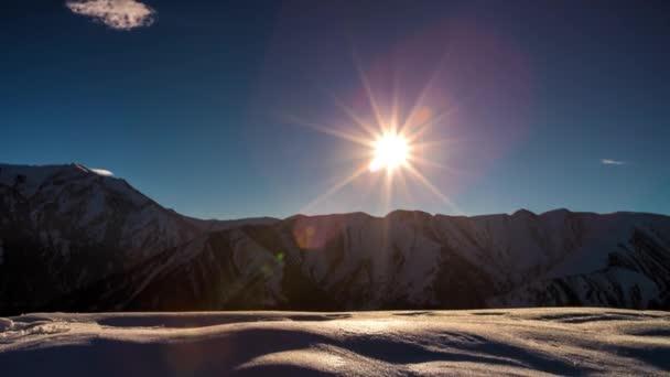 Zeitraffer Sterne und Mond am Nachthimmel der Berge. Mondaufgang