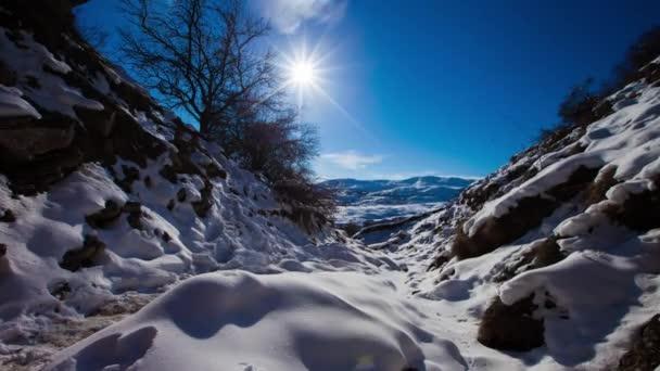 Zasněžené hory. pohyb mraků nad sněhobými vrcholky, Timvní modrá obloha