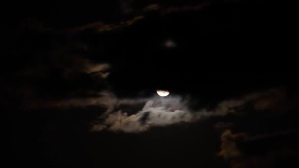 Noční čas zanikla měsíc a mraky