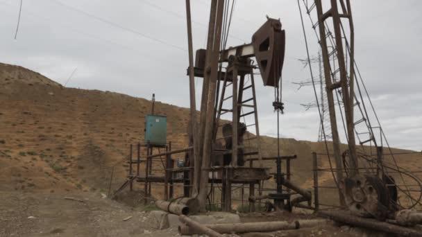Umweltverschmutzung und Wüstenbildung symbolisieren die Folgen der Nutzung von Öl. dese