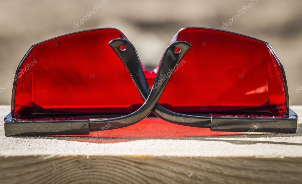 Óculos de proteção industriais vermelhos com perto de nível a laser — Foto  de SV Production 5a015788e2