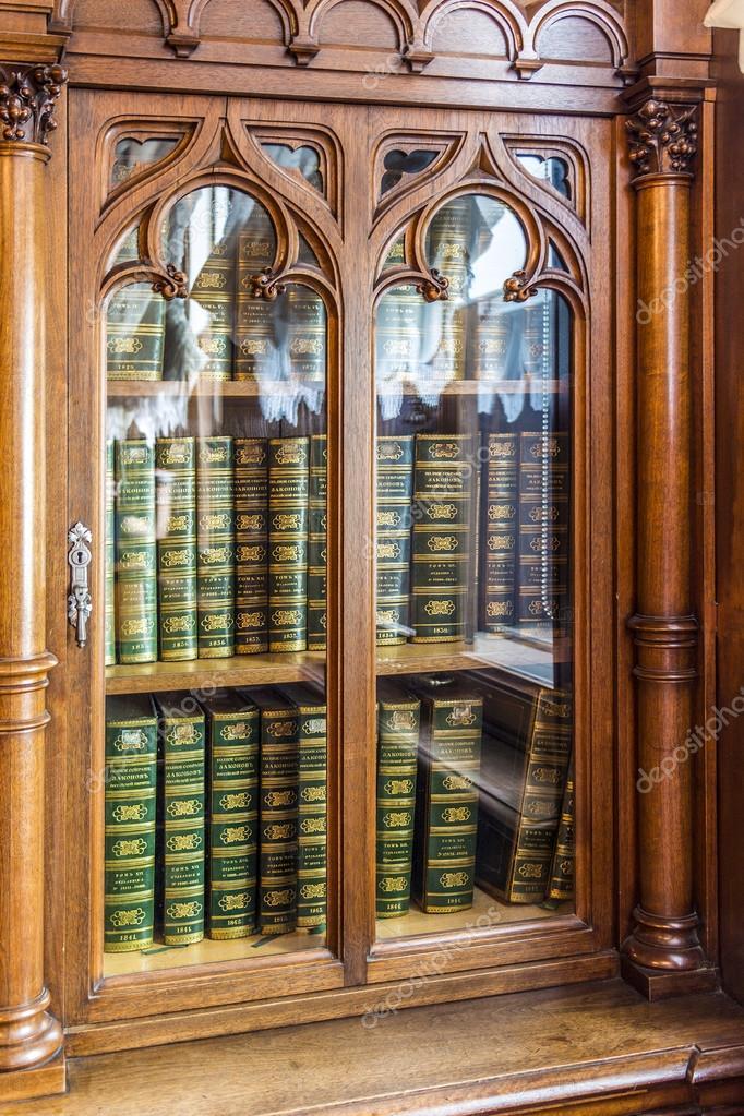 Oude boekenkast met historische juridische boeken — Stockfoto ...