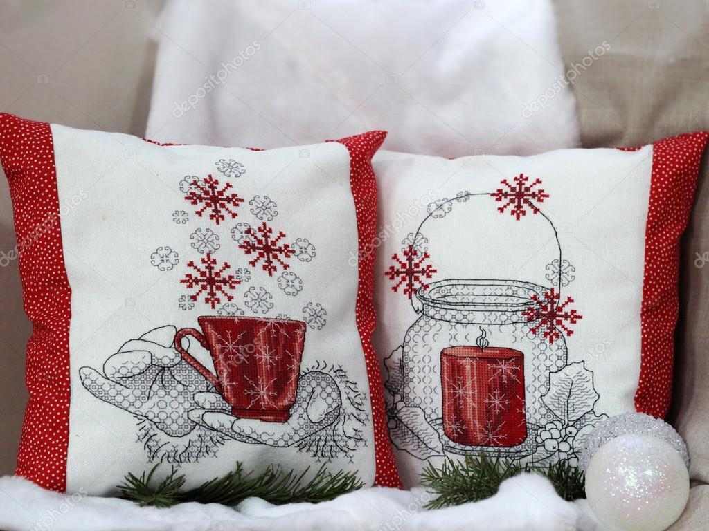 Cojines De Patchwork De Navidad.Cojines Con Bordado Blanco Rojo Decoracion De Navidad Foto