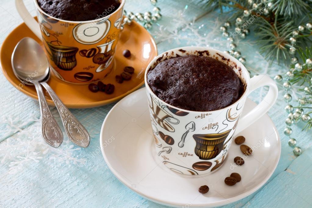 Torta veloce al cioccolato in un cerchio sulla tavola di - Un ampolla sulla tavola ...