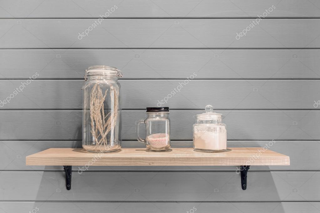 Decorare Mensole Legno : Mensola di legno con decorazione ornamento sulla carta da parati