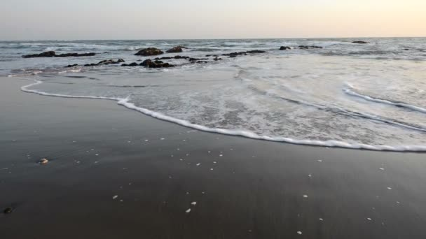 Klidný večer surfovat na pobřeží Atlantského oceánu