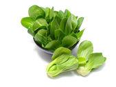 Choy suma zeleniny hromadu zblízka na bílém pozadí