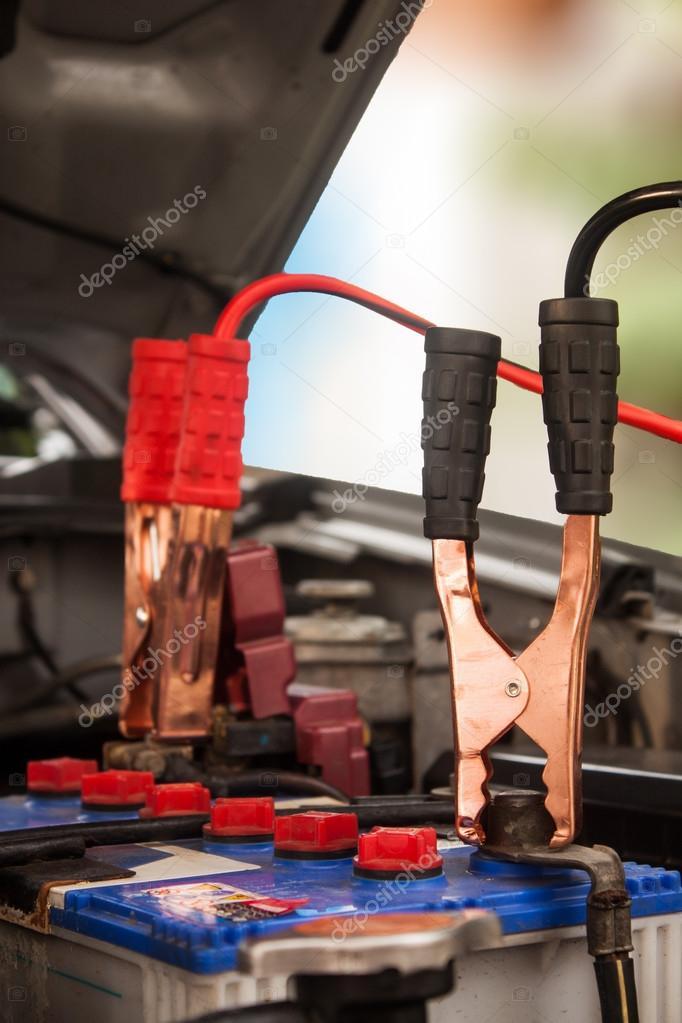 Aufladen der Batterie Auto mit Strom Trog Überbrückungskabel ...