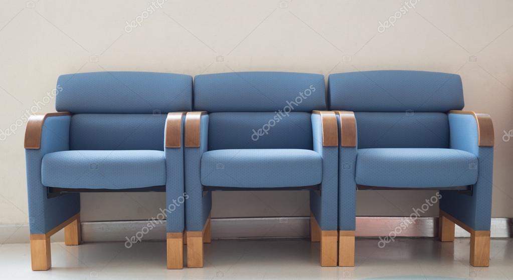 Sedie sala attesa blu porta al piano u foto stock nchoochat