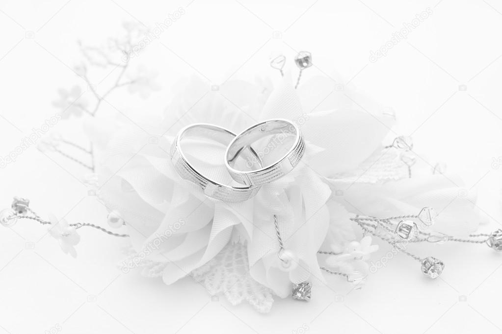 meilleure vente meilleure valeur la clientèle d'abord Anneaux de mariage sur la carte de mariage sur fond blanc ...