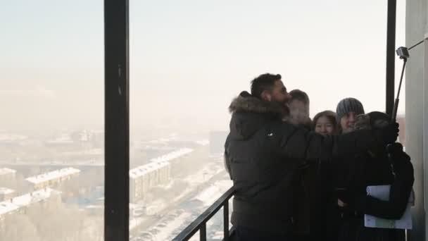 Een Winters Balkon : Lachende mensen maken selfie met compactcamera vanaf het balkon op