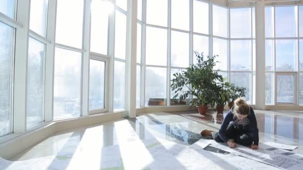 Žena vytváří plán na podlahu v prosklené verandě