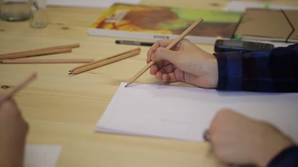 Zenske ruku s tužkou nakreslí na list papíru v řadě