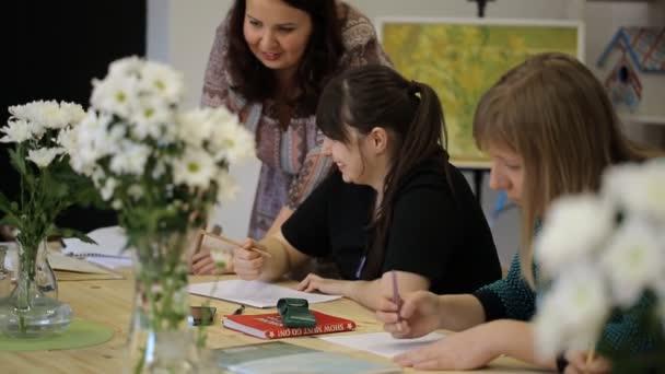 Ženy tužkou nakreslete bílé květy do vázy, kurzy kresby s učitelem